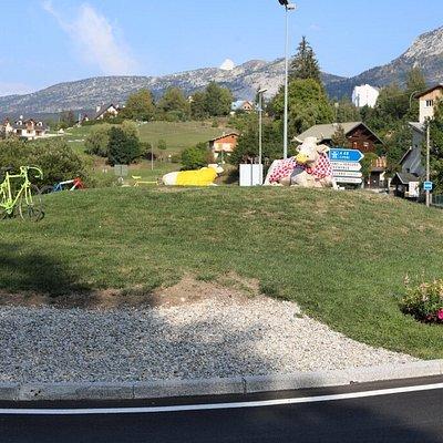 Vu de ce rond-point de la « vache villarde » et sa vachette  joliment décoré pour le tour de France