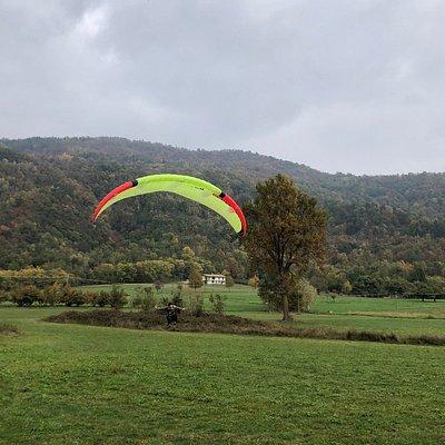 L'arrivo in parapendio in atterraggio nei pressi di Villar San Costanzo