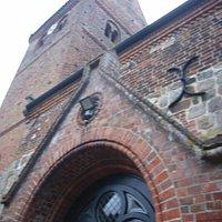 Am Eingang zur Kirche...