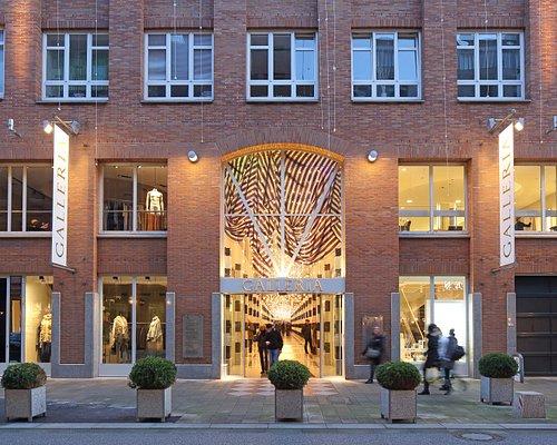 Die GALLERIA verbindet die Große Bleichen und das Alsterfleet. Auf einer Länge von 80 Metern verbindet das ehemalige Stadthaus den traditionellen Backstein-Look der Ladenstraßen des 19. Jahrhunderts mit zeitgenössischen Elementen aus Glas, Marmor und Chrom.