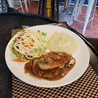 Chicken peppercorn mash and salad 110 bht