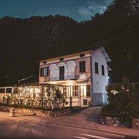 L'Osteria degli Amici nasce dalla volontà di voler creare un luogo di incontro unico, dove accoglienza e professionalità si fondono per regalare ai propri ospiti stupende esperienze culinarie  Ci troviamo a Figino, Lugano