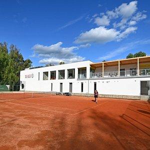 Budova Wellness park Lužánky se nachází u tenisových kurtů Brněnského lužáneckého tenisového klubu.