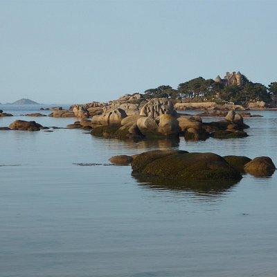 Vue sur le Château de Costaérès et l'île Rouzic depuis la plage Quo Vadis dans la baie de Sainte Anne à Trégastel Coeur de la Côte de Granit Rose.