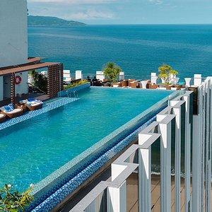 Hồ bơi vô cực view biển Mỹ Khê Đà Nẵng