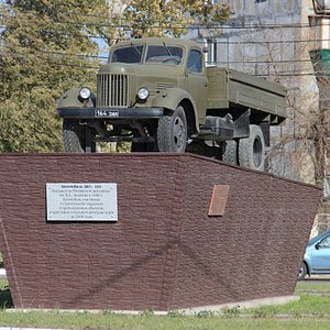 Памятник автомобилю ЗиЛ-164