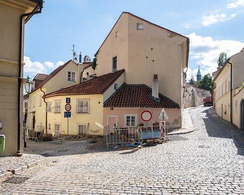 Dětské hřiště Nový Svět, man beachte die Artillerie-Kugeln von preußischen Schützen bei der Belagerung Prags 1757 in der Hauswand