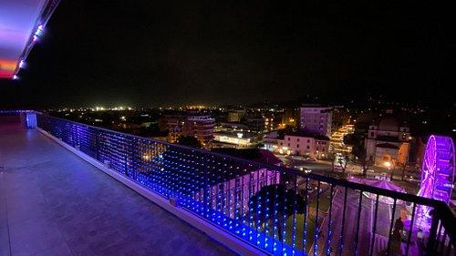 I 17 metri del Led Wall trasparente rivolti verso piazza Garibaldi e la città di Massa