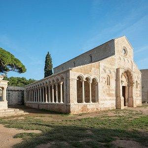 Un tempo monastero di rito bizantino con scriptorium e biblioteca, poi centro di produzione agricola specializzato nella lavorazione delle olive: l'Abbazia di Cerrate restituisce un affascinante racconto della sua doppia anima di luogo di culto e masseria storica.