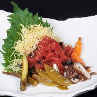 Tartar de Atún Kumuchi con ensalada de encurtidos