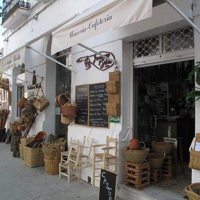Vista exterior de nuestra Tienda–Abacería en el centro de Aracena, con terraza para degustar nuestros productos gourmet.