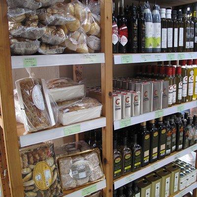 Amplia variedad de pan artesano, aceites gourmet, dulces de la Sierra de Aracena y quesos.