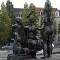 j'ai surtout aimé le groupe de sculpture sur les baigneuses.