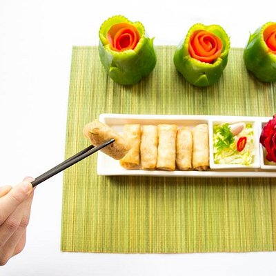 Crispy spring rolls with vermicelli and bean sprouts. By Krua Thai Cookery School www.kruathai.co.uk   Professional and non-pro training.