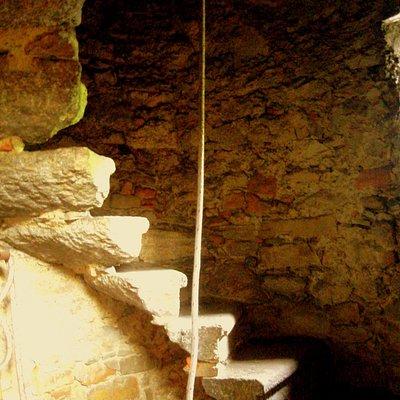 Particolare della scala che porta alla torre campanaria, con una sola campana, e a due dei piccoli pulpiti in legno.
