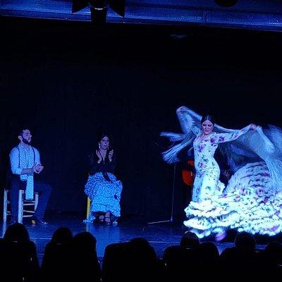 Los bailaores flamencos en el teatro soho deleitando a clientes.