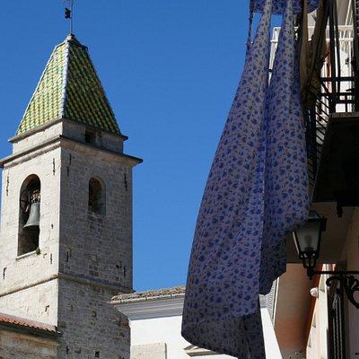 Il campanile col rivestimento in maiolica gialla e verde