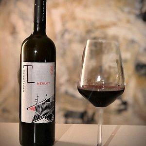 Merlot DOC VENEZIA 2017  Ottenuto da uve provenienti esclusivamente da un appezzamento messo a dimora nel 1952, il più vecchio dell'intera Tenuta.  Un vino complesso e di buona struttura, equilibrato con un aroma che ricorda la rosa e la prugna.