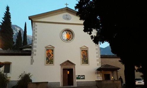 ...Chiesa di San Lorenzo vista dal viale d'entrata!!..