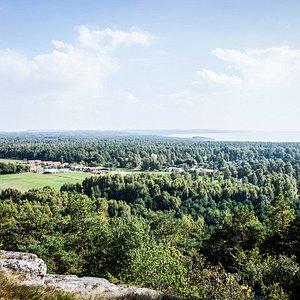 Att bestiga Smörkullen är spännande för både stor och liten. När du står på toppen så är du 52 meter över havet och har en magnifik utsikt över Falkenberg.