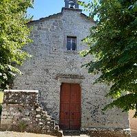 La facciata ed il caratteristico piccolo campanile a vela