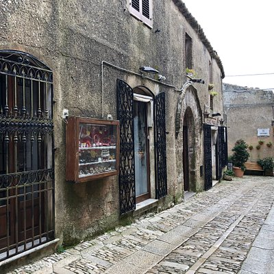 La fronte su via  Gianfilippo Guarnotti delle varie Vetrine della Location .... 👀 👀 👀 👀 👀