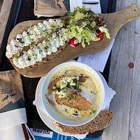 Die empfohlene Karotten-Kokos-Ingwer-Suppe und das Bergbauernbrot mit Bergschnittlauch - Kräutercreme