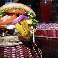 prueba la mas grande hamburguesa criolla en toda la zona de La MeSA, no te vas arrepentir. las mejores comidas rapidas de la mesa, las mejores hamburguesas.
