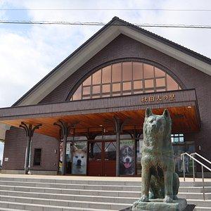 秋田犬の里の正面入口。忠犬ハチ公銅像がお出迎え。