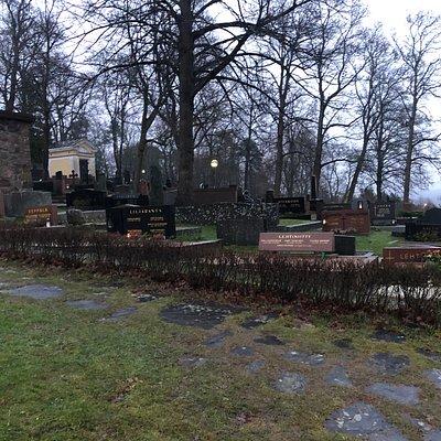 Het bijhorende kerkhofje met kaarsen