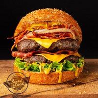 W środku burgera: dwa kawałki soczystego mięsa, podwójny bekon, sticksy z bataów i dodatki.