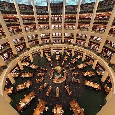 Willkommen in der restaurierten neuen Präsidentenbibliothek in Ankara, die Hauptstadt der Türkei. Diese Bibliothek steht allen offen und bietet eine beeindruckende und umfangreiche Sammlung von Büchern und Wissen, die für jedermanns Interessen geeignet sind! #ReTurkey 📸 @cbmilletkutuphanesi