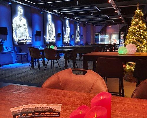 SIS Billiards Center te Uden heeft een ware hal of fame, met de grootste biljarters van de afgelopen 25 jaar. Zie de levensgrote gekleurde posters van o.a. Raymond Ceulemans, Dick Jaspers en Torbjorn Blomdahl .