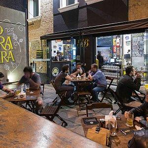 Varanda da frente, ao ar livre. Lugar mais disputado entre os clientes cervejeiros!