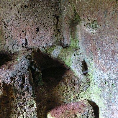 Tomba del Trono: sedile e poggiapiedi scolpiti dietro al capezzale del letto di sx del primo ambiente