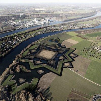 De oksel tussen Maas en zijriviertje Berwijn is een onontdekt terrein tussen gemeenten Eijsden-Margraten en het Belgische Voeren, waar vele eeuwen historie wachten om opnieuw verteld te worden. Beleef het archeologische verhaal uit de tijd van de middeleeuwen, dat gaat over het immense fort Navagne, net voor de grens met Belgie. Download de app en sta op locatie oog-in-oog met onze archeoloog. Hij vertelt je via modernste virtuele technieken de geschiedenis en het belang van het kasteel.