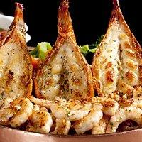 Grelhados do Chef  Caudas de lagosta e camarões grelhados com legumes e azeite aromatizado.