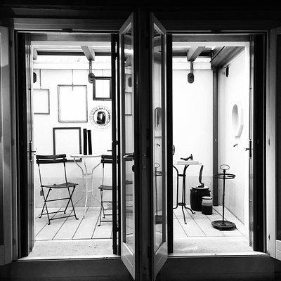 Artemisia si occupa dal 1992 di arte, antiquariato e design. Mobili, oggetti e opere d'arte, per la vostra casa, il vostro spazio di lavoro o per i vostri regali, selezionati e curati da esperti per garantirvi un servizio unico e personalizzato. Fornisce inoltre un servizio specifico di montaggio, incorniciatura conservativa e museale di opere d'arte. Consulenze d'arredo e stime.