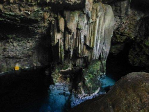 Cueva de Saturno, localizada a unos 20min de la ciudad de Varadero y a solo 5min del aeropuerto...lago subterráneo de aguas cristalinas muy frías que alcanza una profundidad en su zona central de 22mts. Ideal para pasar un rato de baño agradable y hacer algo de snorkeling. Cercano también a Playa Coral.
