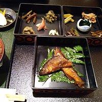 郷土料理ともん:ともん定食の三段重箱。ヤマメ甘露煮と、山菜・きのこの10点盛り。