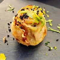 Alcachofa en tempura con foie y confitura de salsa de naranja.