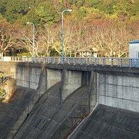 堤高32m、堤頂長160.5mで小規模の部類にはいるダムです。
