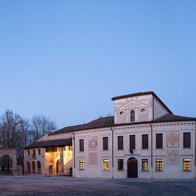 Veduta del complesso abbaziale da Piazza Castello