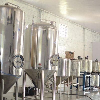 Parte da Indústria de Bebidas fabrica Cervejas e chopes Artesanais. Muito bom os produtos.