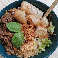 Le Bo Bun est un plat traditionnel vietnamien cuisiné sur place avec les meilleurs ingrédients. Il mélange le chaud : les vermicelles de riz - le 'Bun' en vietnamien, les nems au porc fait maison et le bœuf charolais sauté au wok à la dernière minute avec le froid : les légumes et la sauce nuoc mam. C'est un plat complet ! Inutile de prendre un accompagnement.