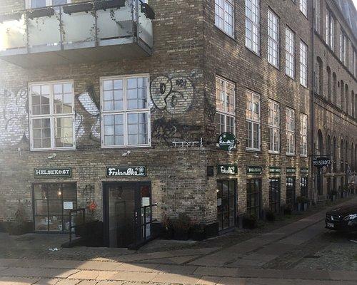 Frøken Øko helsekostforretning er beliggende på Heimdalsgade 14 i kælderen med indgang på Mimersgade.