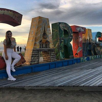 Cerca de nuestro hotel se encuentra este hermoso y colorido letrero en las playas de Marbella, para tomar fotografías de recuerdo.