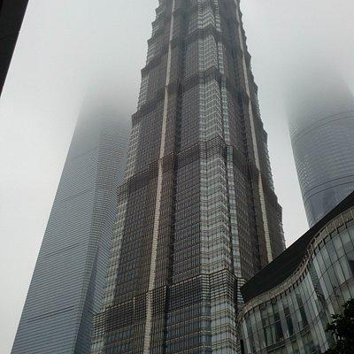 """Самые высокие небоскребы Шанхая. Жаль туман, так как не удалось подняться в кафе в самом большом небоскребе (632 метра( и увидеть город с высоты. Стоя возле них чувствуешь себя очень маленьким и приходит на ум песня Вилли Токарева: """"Небоскребы, небоскребы, а я маленький такой! То мне страшно, то мне грустно, то теряю свой покой..."""")))"""