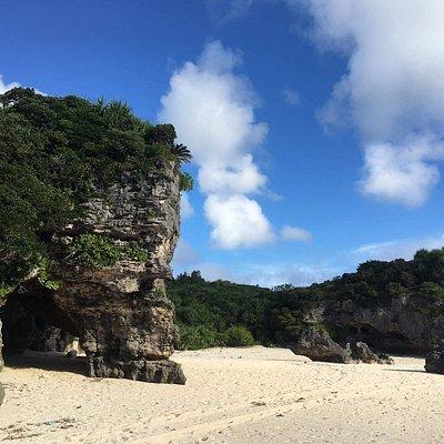 日陰になる洞窟のような岩場があり、暑さを避けてのんびり滞在することができます。トイレやシャワーなどは何もありませんのでご注意ください。 また、浜への車両乗り入れは厳禁です。スタックの危険性があるため、浜に降る前の平坦なところに車を停め、徒歩で降りてください。