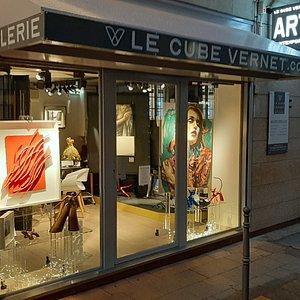 Galerie d'Art Contemporain, au 74, rue Joseph Vernet en Avignon et en ligne sur lecubevernet.com, présentant toute l'année peintures, collages, sculptures, d'artistes confirmés et émergents, dans le champ du Pop Art, de l'Art Urbain et plus. Entrée libre.